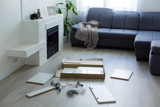 Installazione di mobili da cucina il cassetto nell'armadio.