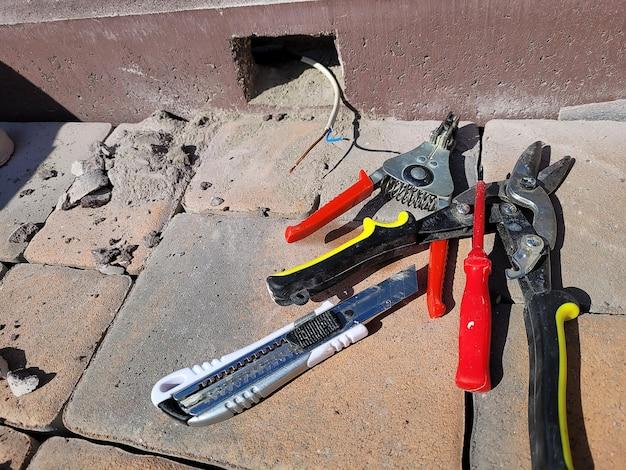 Installazione della lampada in un cordolo di cemento. messa a fuoco selettiva
