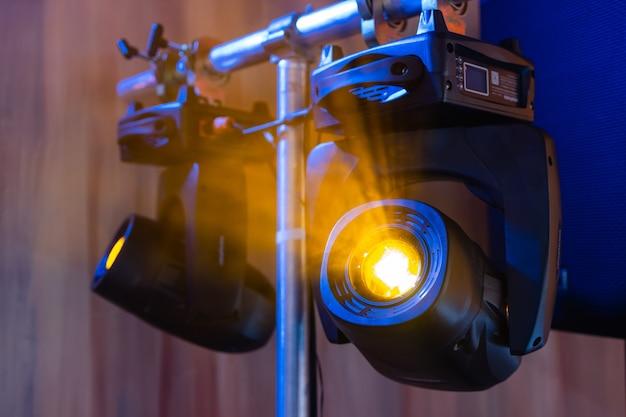 Installazione di apparecchiature audio, luci, video e palco professionali per un concerto. l'attrezzatura per l'illuminazione del palcoscenico è fissata su un traliccio per il sollevamento. flight case con cavi.
