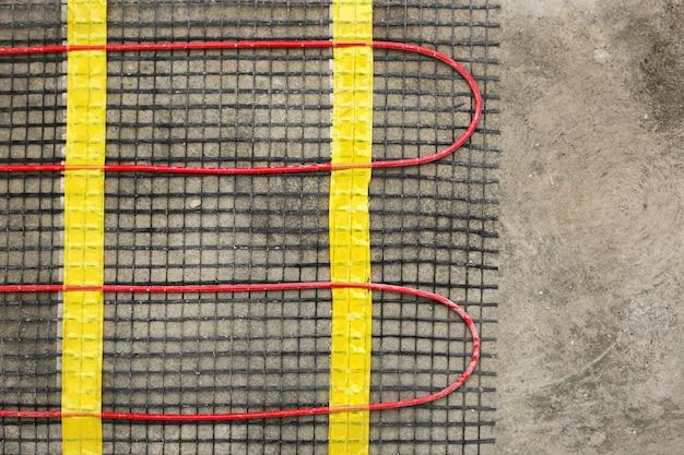 Primo piano dell'installazione del riscaldamento a pavimento per il comfort termico