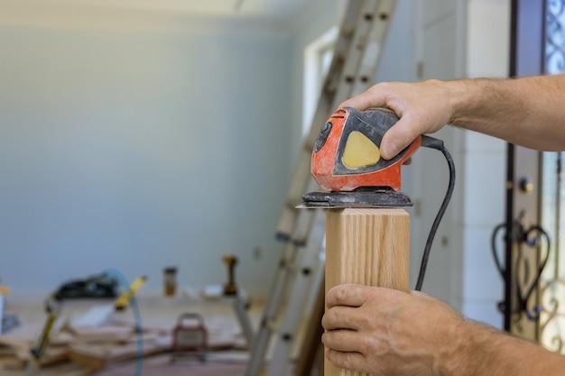 Installazione per ringhiera in legno per lavori di smerigliatrice per scale su installazione di ringhiere in legno.