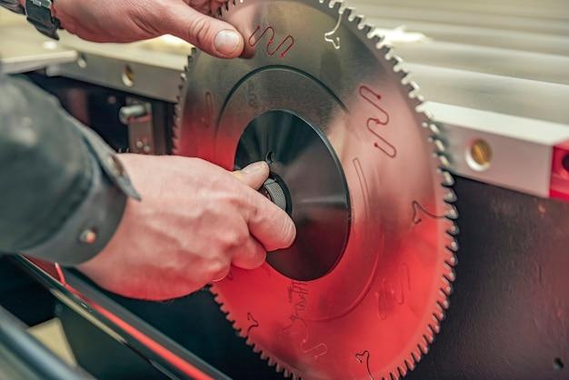 Installazione della lama della sega circolare sulla macchina per la lavorazione del legno primo piano