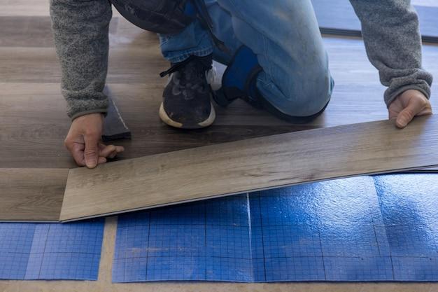 Installazione di pavimenti in laminato nel nuovo appartamento