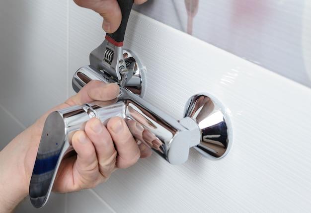 Installazione di un rubinetto della doccia.