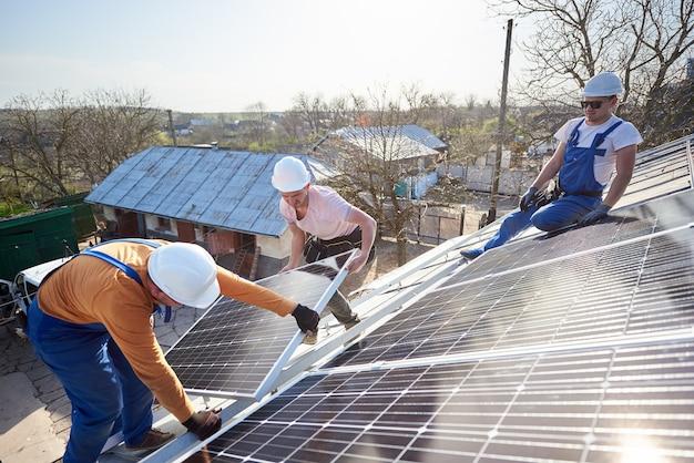 Installazione di pannelli solari fotovoltaici sul tetto della casa