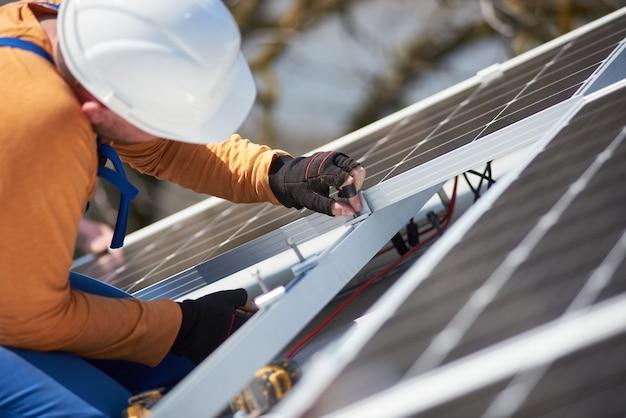 Installazione del sistema di pannelli solari fotovoltaici sul tetto della casa