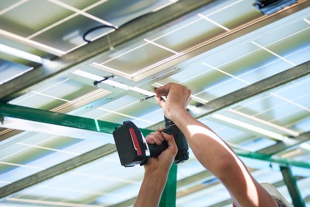 Installazione di un sistema di pannelli solari fotovoltaici stand-alone Foto Premium
