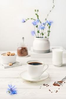 Bevanda istantanea di radice di cicoria in tazza bianca