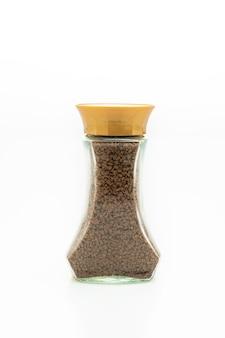 Caffè istantaneo in bottiglia di vetro isolato su priorità bassa bianca