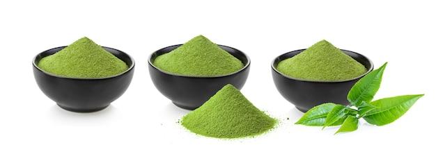 Tè verde matcha istantaneo in ciotola nera su superficie bianca
