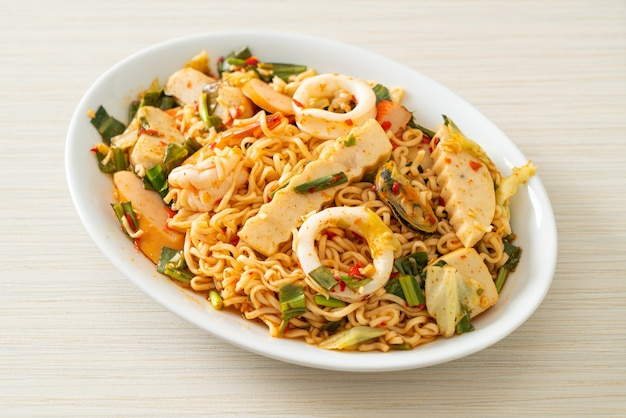 Insalata piccante di noodle istantanei con carni miste - stile di cibo asiatico