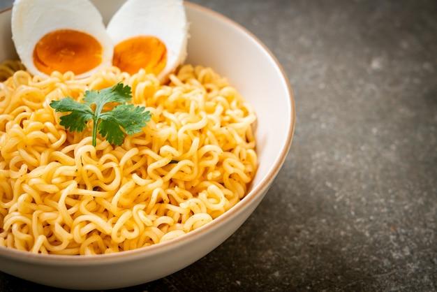 Ciotola di noodles istantanei con uovo di sale
