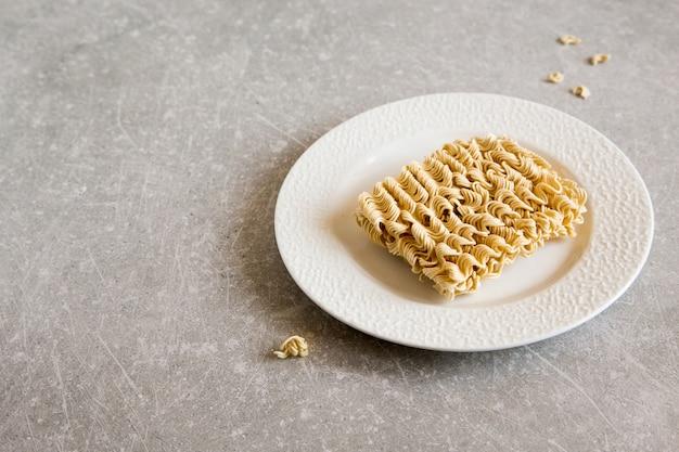 Noodles istantanei. cibo crudo di spaghetti secchi. pasta da cucina veloce