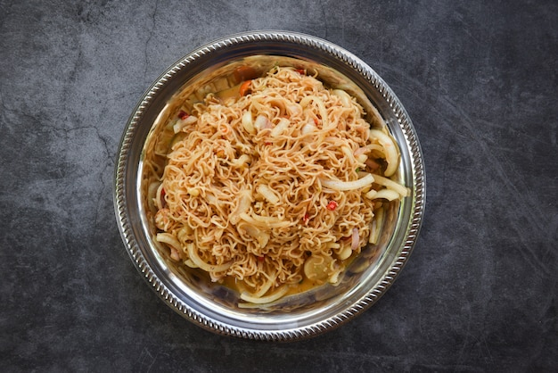 Tagliatelle istantanee sul piatto cibo tailandese dell'insalata piccante della tagliatella