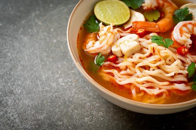 Ramen di spaghetti istantanei in zuppa piccante con gamberi (tom yum kung) - cibo asiatico