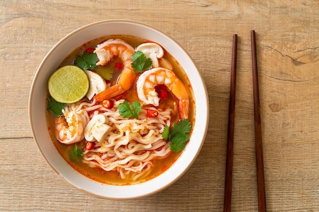 Noodles istantanei ramen in zuppa piccante con gamberi (tom yum kung) - cucina asiatica