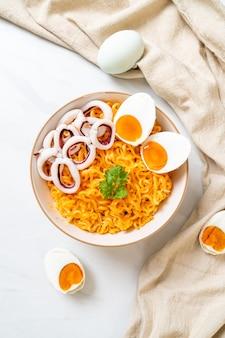 Spaghetti istantanei sale gusto uovo con ciotola di calamari o polpi