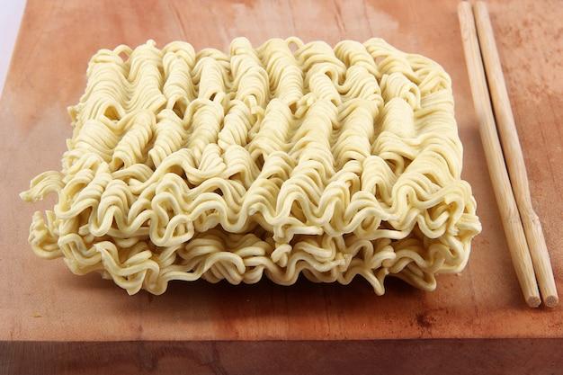Spaghetti istantanei ancora grezzi