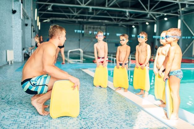 Istruttore di formazione bambini in piscina
