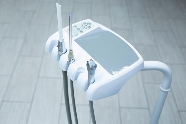 Strumento per il dentista, per il trattamento e l'ispezione di denti e apparecchi ortodontici