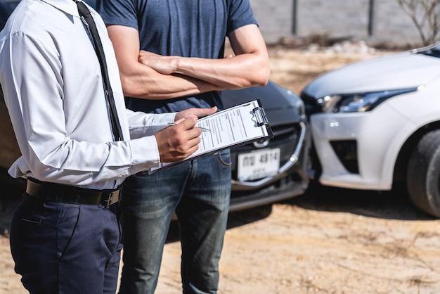 L'agente assicurativo e il cliente hanno valutato la negoziazione, il controllo e la firma sul processo del modulo di richiesta del rapporto