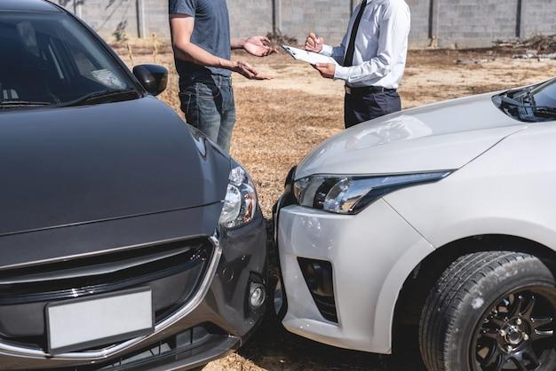 L'agente assicurativo che esamina l'incidente d'auto e il cliente hanno valutato la negoziazione, il controllo e la firma sul processo del modulo di richiesta del rapporto dopo la collisione, incidente e concetto di assicurazione