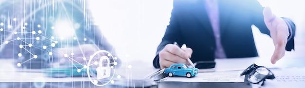 L'agente di assicurazione firma un documento. polizza assicurazione auto. polizza assicurativa auto. moduli per la registrazione del contratto.