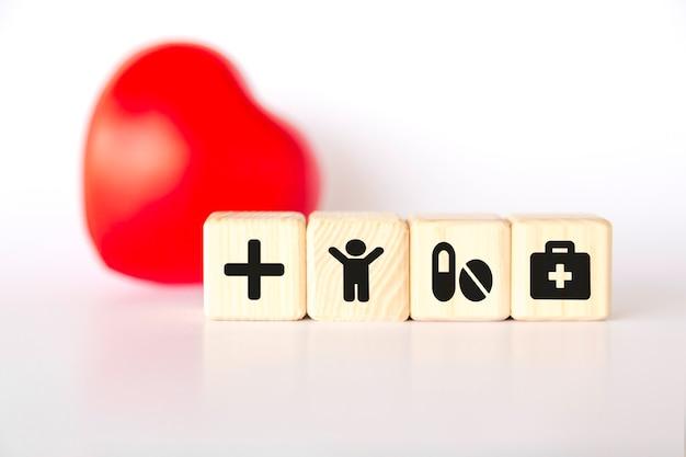 Concetto di assicurazione. cuore e cubi con simboli