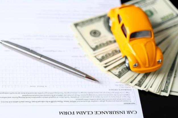 Modulo di assicurazione sdraiato sul tavolo