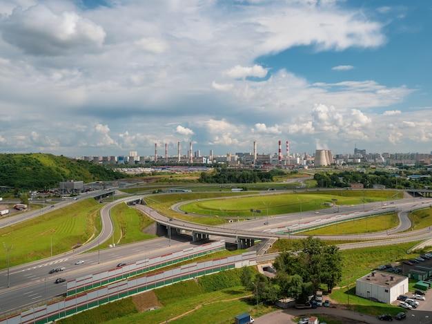 Svincolo della tangenziale di mosca in una zona industriale di una metropoli moderna Foto Premium