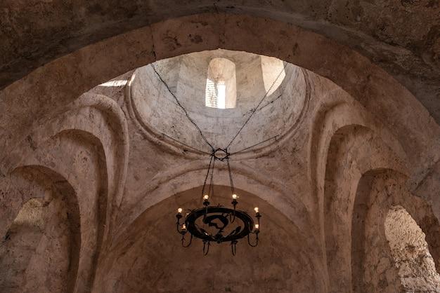 Interno di un'antica chiesa albanese situata nel villaggio di kish, in azerbaigian