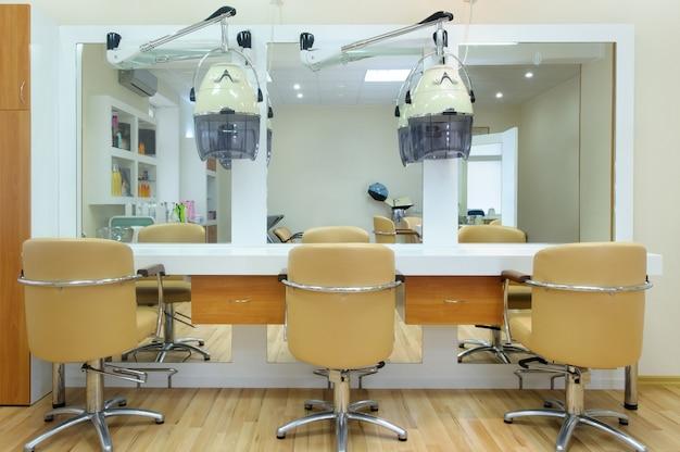 Interno del barbiere in colori vivaci.salone di bellezza. posto per il taglio dei capelli.