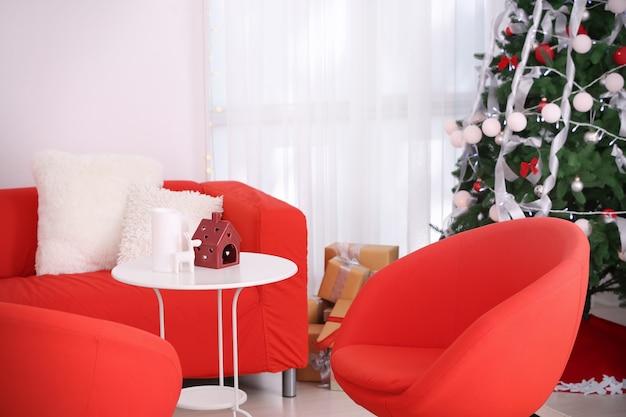 Interno della bella camera con decorazioni natalizie