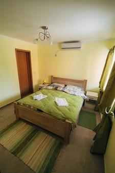 Interno della camera da letto nei colori verdi