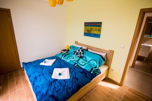 Interno della camera da letto nei colori bianco e verde