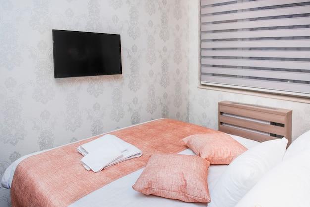 Interno di una camera da letto con lenzuola fresche