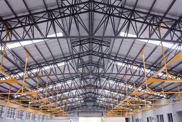 Interno di un grande edificio industriale o fabbrica con costruzioni in acciaio