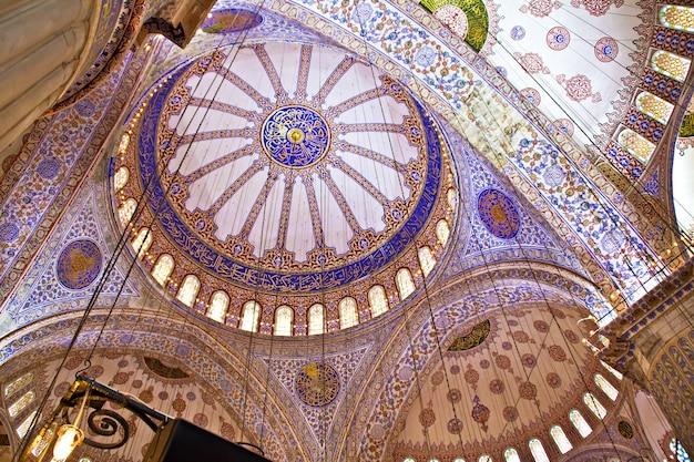Interno della moschea blu di istanbul, turchia