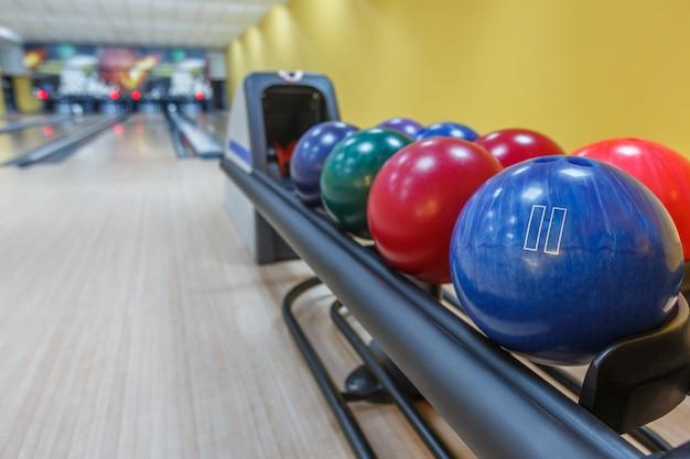 Interno della pista da bowling con le palle