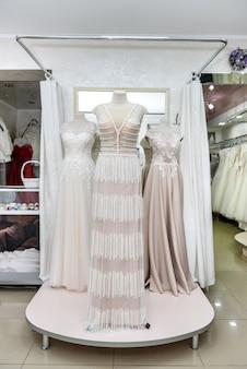 Interno del salone nuziale, abiti da sposa su manichini