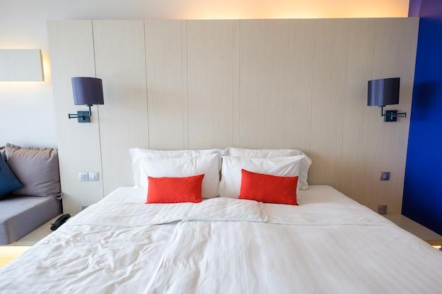 Interno della camera da letto moern luminosa e accogliente