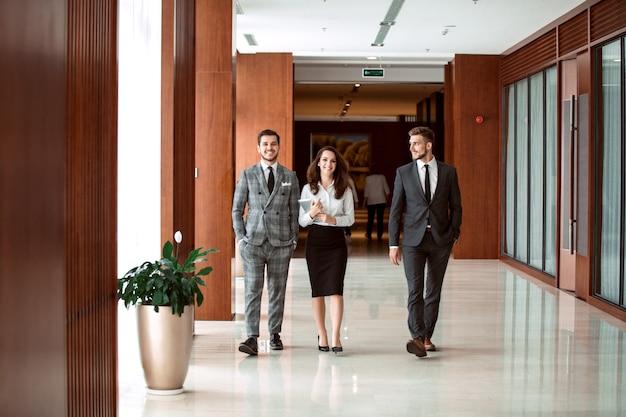 Interno della zona foyer ufficio occupato con uomini d'affari.