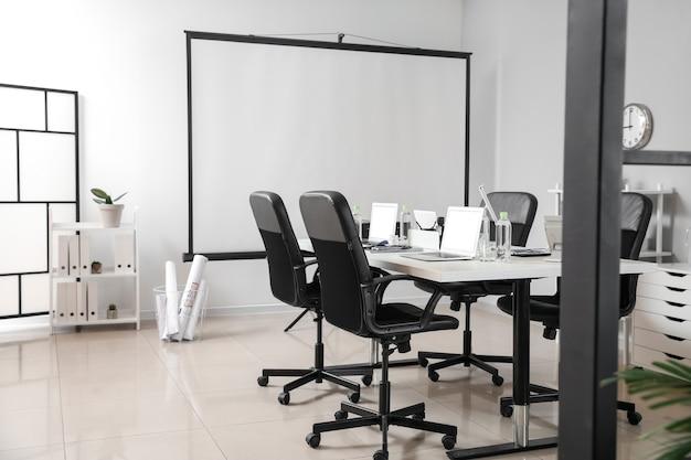 Interno della sala conferenze in un ufficio moderno