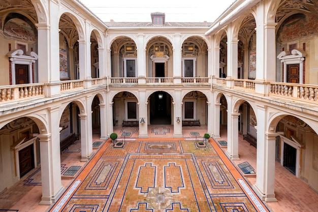 Cortile interno del palazzo marchese di santa cruz
