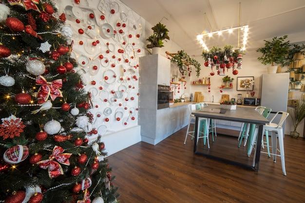 Interno di un'accogliente cucina moderna e spaziosa per una famiglia numerosa, decorata per la festa di capodanno...