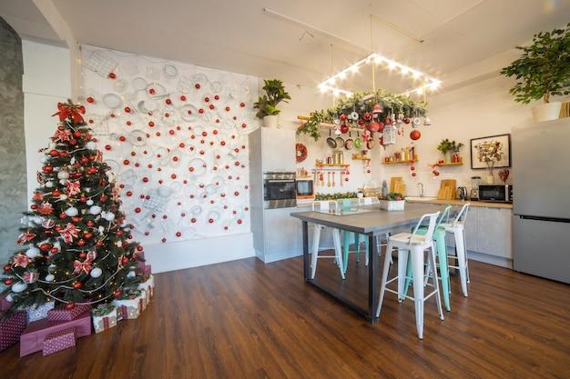 Interno di una cucina spaziosa e moderna accogliente per una famiglia numerosa decorata per la celebrazione del nuovo anno
