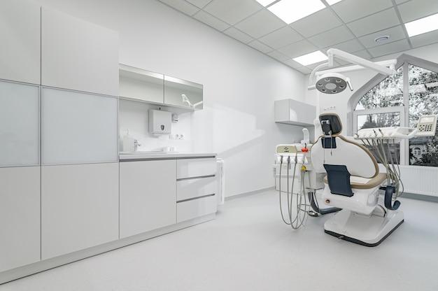 Interno della sala di chirurgia dentale con attrezzature speciali
