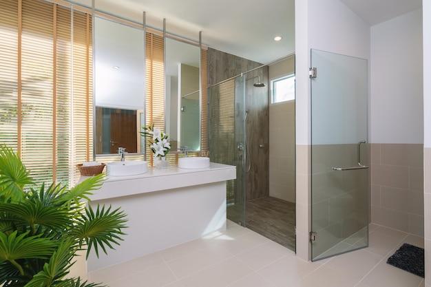 Interior design nel bagno della villa casa con funzione lavabo