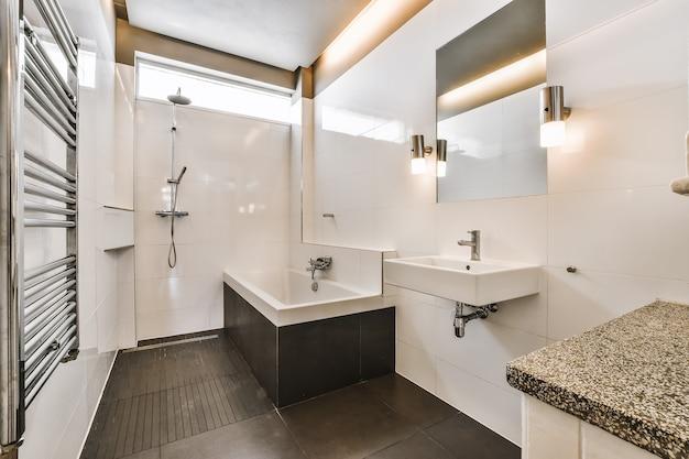 Interior design del bagno bello ed elegante