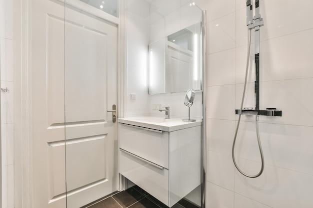 Interior design di un bagno bello ed elegante